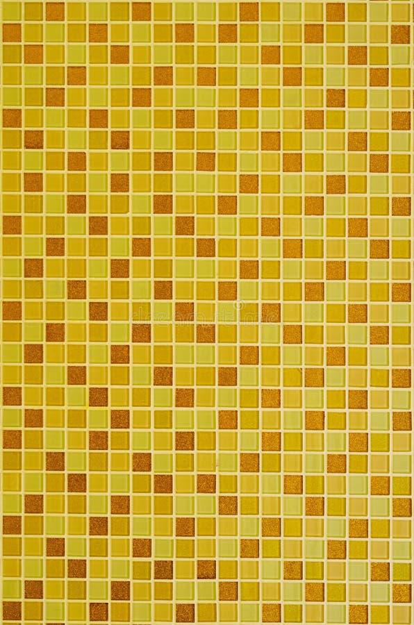 Fundo de telhas de mosaico douradas amarelas para a decoração das paredes do banheiro e da cozinha fotografia de stock royalty free