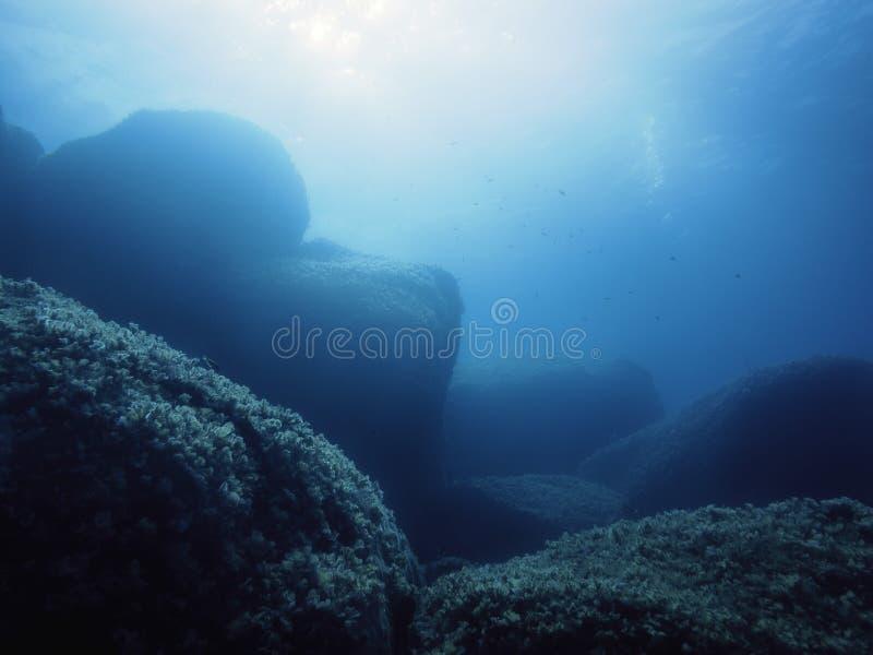Fundo de um fundo do mar rochoso no mar do azul de turquesa fotos de stock royalty free