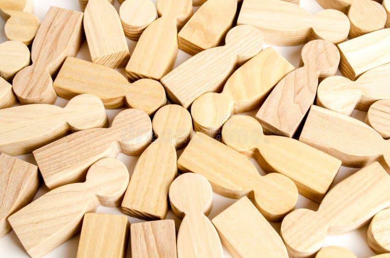 Fundo de um grupo de figuras de madeira dos povos Uma dispersão dos povos, uma multidão a segmentação dos consumidores e dos clie imagem de stock royalty free
