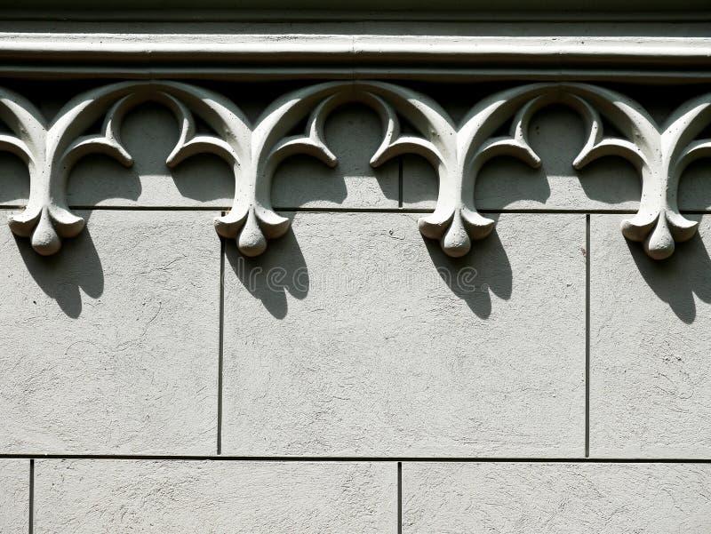 Fundo de um muro de cimento decorado com espaço da cópia da cornija do arco fotografia de stock royalty free