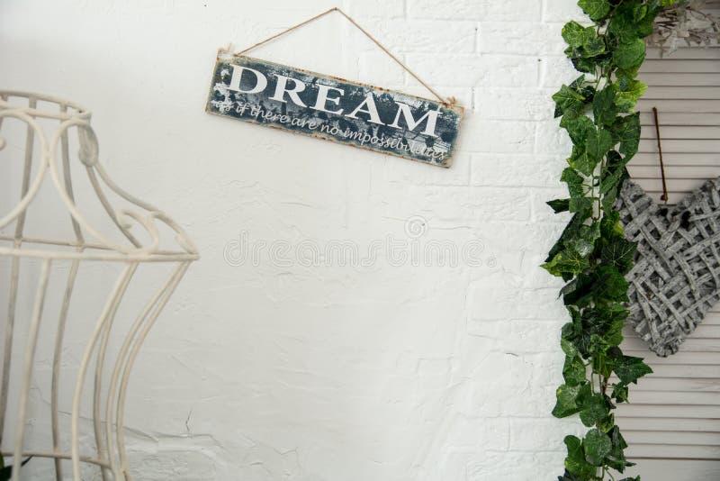 Fundo de uma parede branca na sala com um sinal sonhar foto de stock royalty free