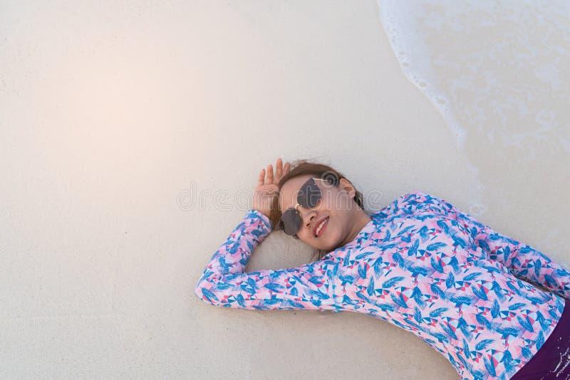 Fundo de viagem enjoyful do mar da mulher bonita asi?tica imagens de stock