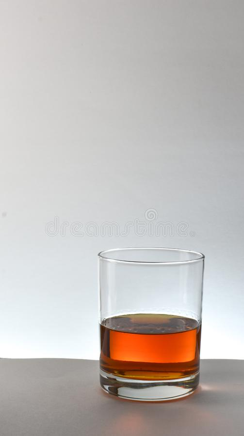 Fundo de vidro do branco do uísque de bourbon fotos de stock