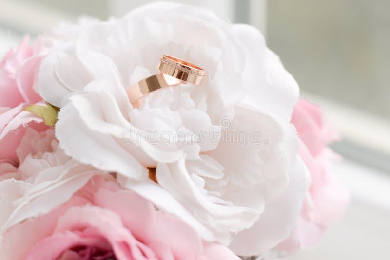 Fundo de Wediing, anéis e flores brancas e cor-de-rosa Vista superior foto de stock
