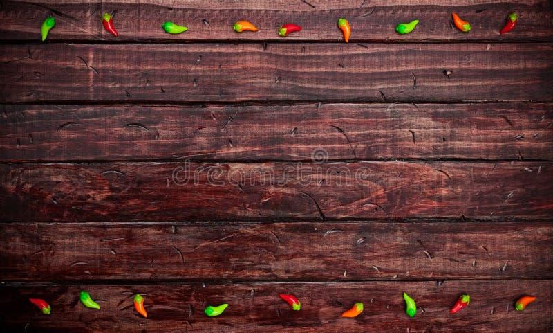 Fundo: Decorações da pimenta do Chile no Tabletop mexicano foto de stock royalty free