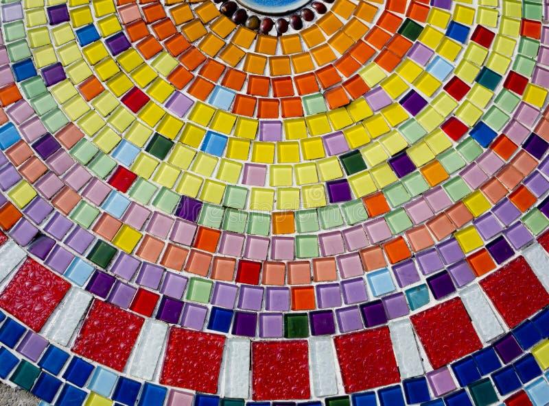 Fundo decorativo com as telhas de mosaico coloridas ilustração do vetor