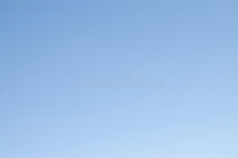 Fundo desobstruído do céu azul fotos de stock royalty free