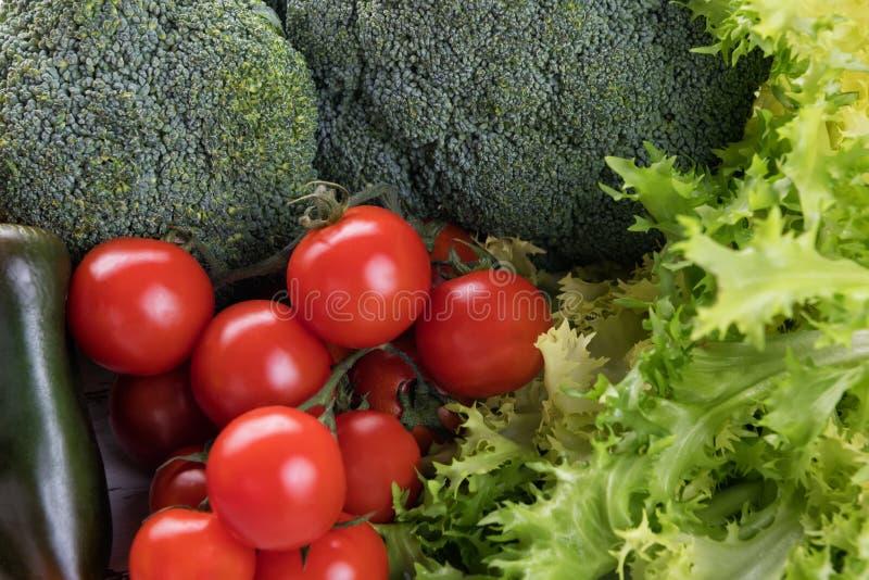 Fundo do alimento biológico: brócolis e tomates com alface Vegetal diferente da fotografia do alimento Produto de alta resolu??o foto de stock royalty free
