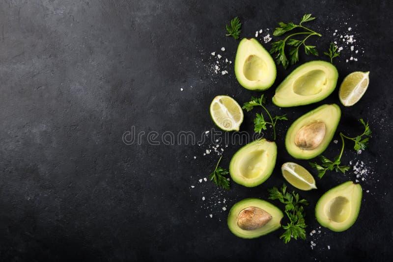 Fundo do alimento com abacate, cal e salsa imagem de stock