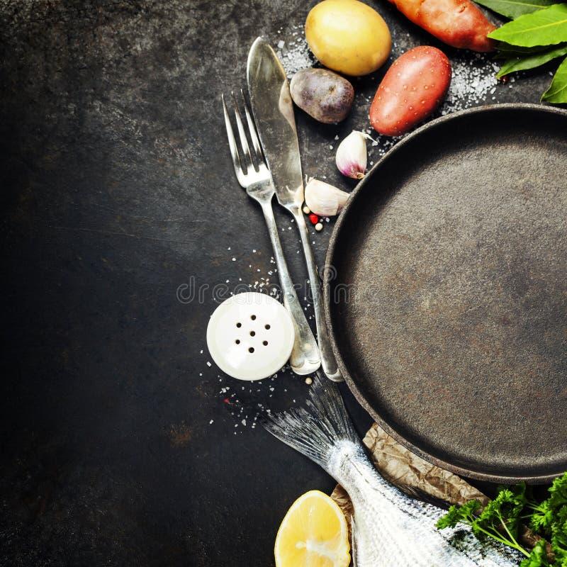 Fundo do alimento com peixes e vegetais imagem de stock royalty free