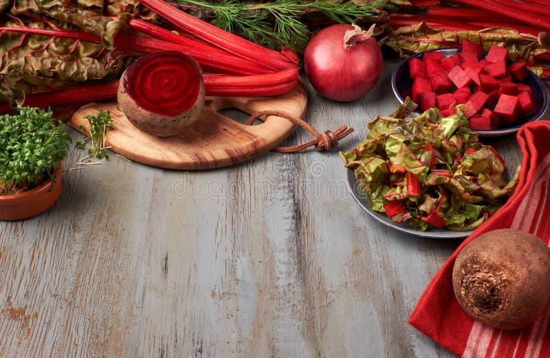 Fundo do alimento com raiz da beterraba vermelha e folhas, beterraba vermelha do corte e fotografia de stock