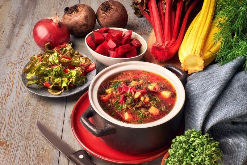 Fundo do alimento da mola: sopa com raiz da beterraba e fresco vegetais imagens de stock royalty free