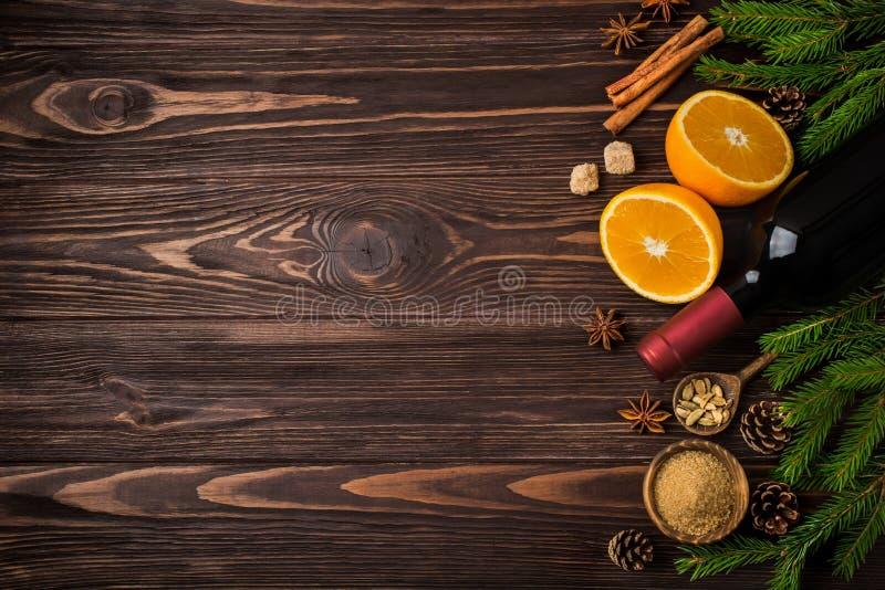 Fundo do alimento do Natal com os ingredientes para o vinho ferventado com especiarias imagem de stock royalty free
