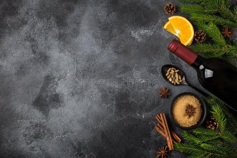 Fundo do alimento do Natal com os ingredientes para o vinho ferventado com especiarias fotografia de stock