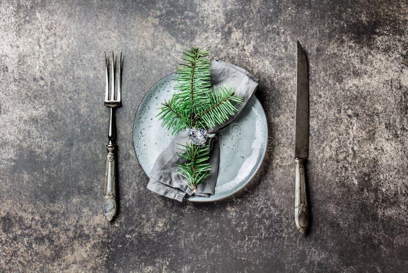 Fundo do alimento do Natal do feriado, cutelaria, placa, guardanapo com ramo do anel e de árvore do Natal, ajuste da tabela na pr imagem de stock