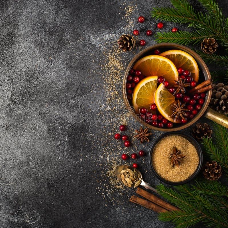 Fundo do alimento do Natal, vinho ferventado com especiarias e ingredientes na obscuridade fotos de stock royalty free