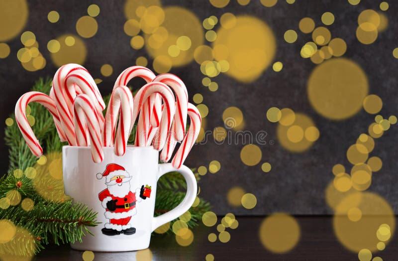 Fundo do alimento do ` s do ano novo Bastões de doces em um copo fotografia de stock