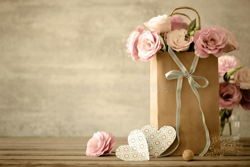 Fundo do amor com flores e curva fotografia de stock royalty free