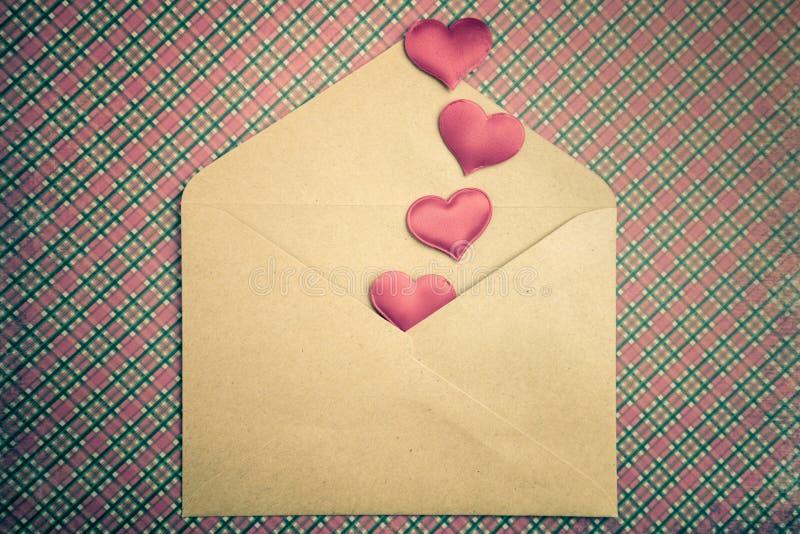 Fundo do amor - corações e envelope vermelhos do ofício, dia de Valentim fotografia de stock royalty free