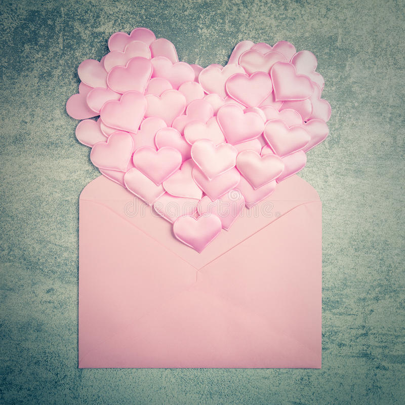 Fundo do amor - dome corações e o envelope cor-de-rosa, Valentim d fotos de stock