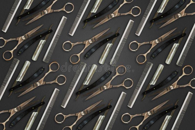 Fundo do barbeiro Tesouras, pente, e lâmina do cabeleireiro para barbear em um fundo escuro Fundo da beleza e da f?rma imagens de stock royalty free
