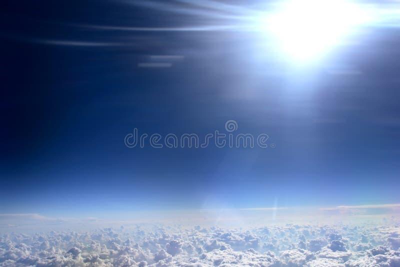 Fundo do céu azul com nuvens de cumulus imagens de stock royalty free