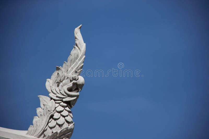 Fundo do céu azul de Art White Naga Heads With do estuque foto de stock