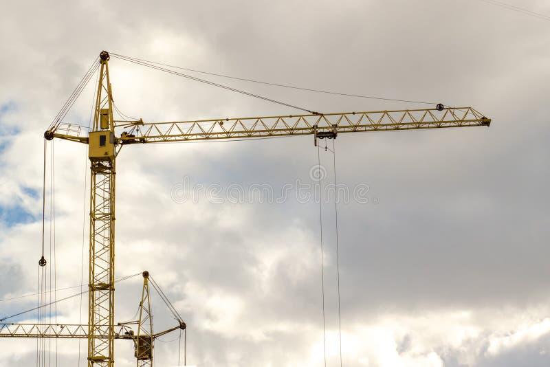 Fundo do céu azul de canteiro de obras do guindaste foto de stock