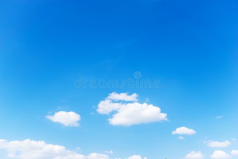 Fundo do céu azul e nuvens brancas fotos de stock