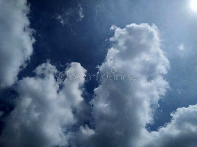 Fundo do céu azul nebuloso branco fotos de stock
