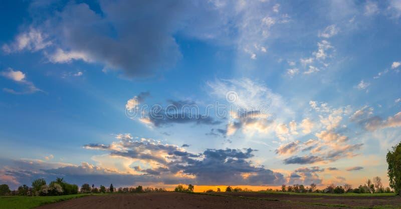 Fundo do céu com as nuvens de cúmulo no por do sol foto de stock