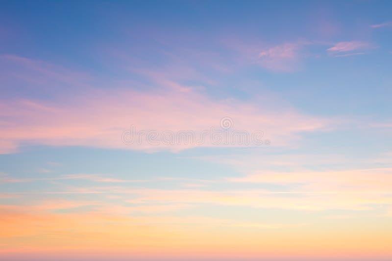 Fundo do céu do nascer do sol com cores delicadas de nuvens macias foto de stock royalty free