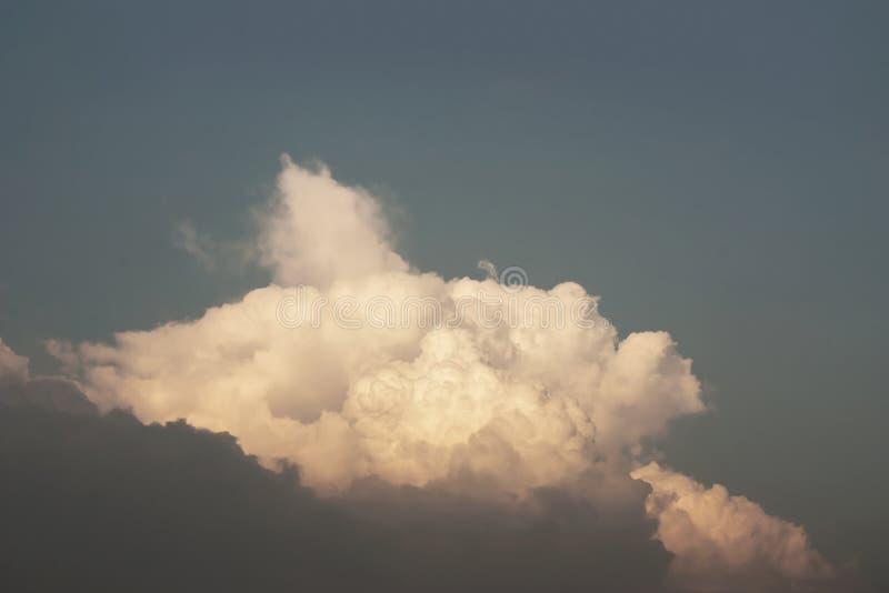 Fundo do céu e da nuvem do por do sol na cor retro imagem de stock royalty free