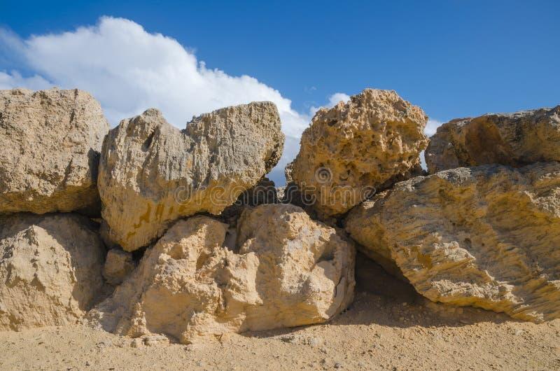 Fundo do céu e da parede de pedra imagem de stock