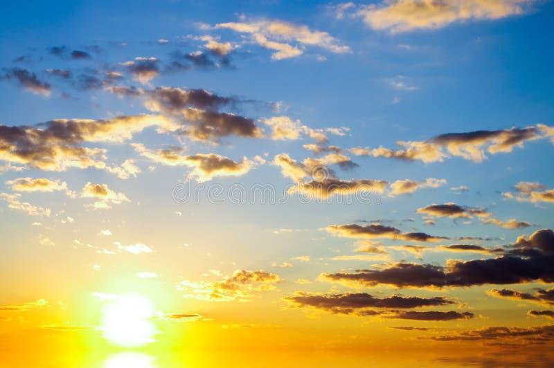 Fundo do céu no nascer do sol. fotos de stock royalty free