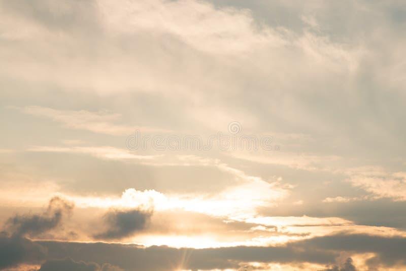 Fundo do céu do ouro com nebuloso branco, crepuscular na noite imagens de stock