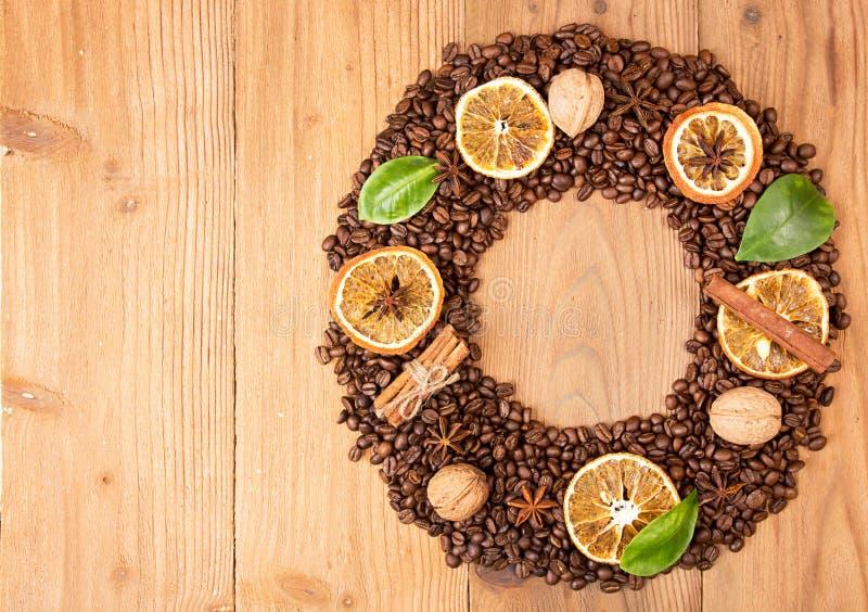 Fundo do café Empilhe feijões de café roasted na forma da grinalda imagem de stock royalty free