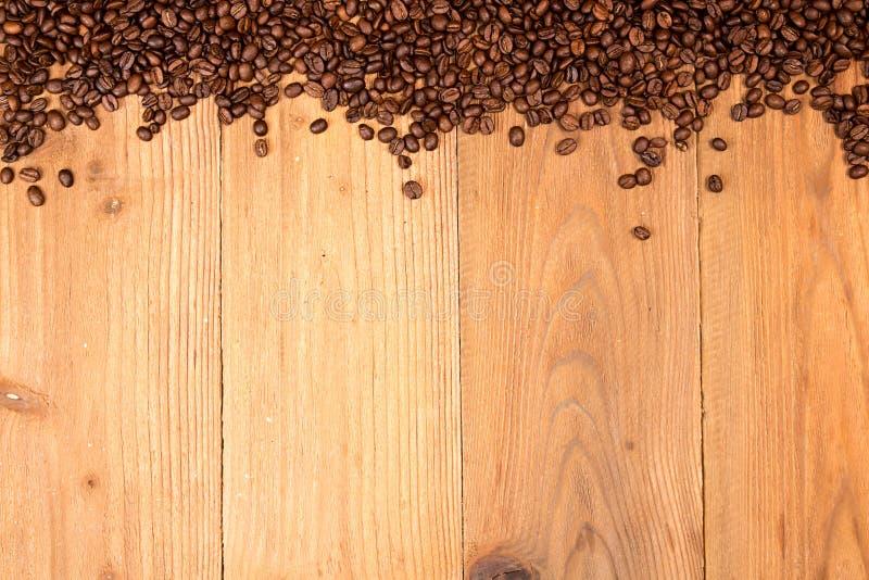 Fundo do café Empilhe os feijões de café roasted espalhados sobre no tabl imagens de stock royalty free