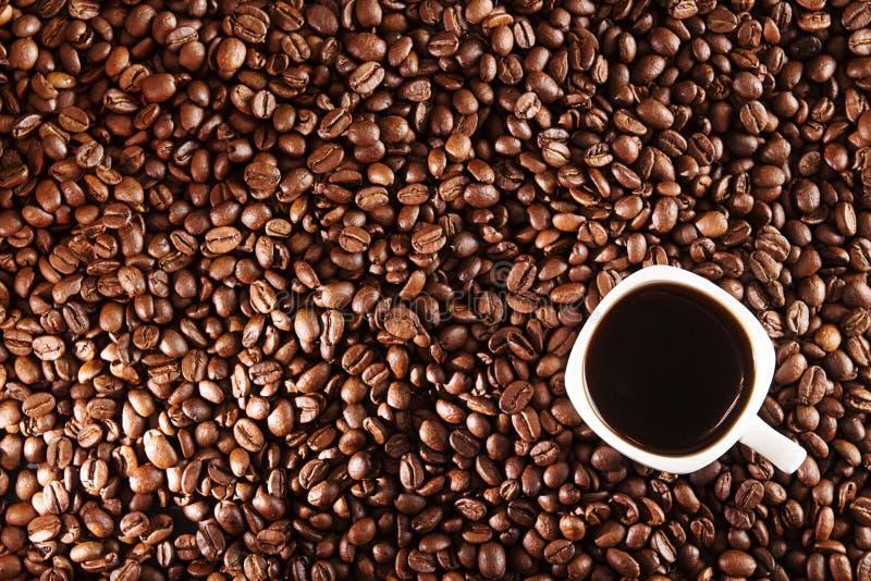 Fundo do café Feijões e xícara de café de café sobre a tabela imagens de stock