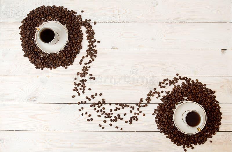 Fundo do café Os feijões de café no círculo dão forma com o copo do coff fotos de stock royalty free