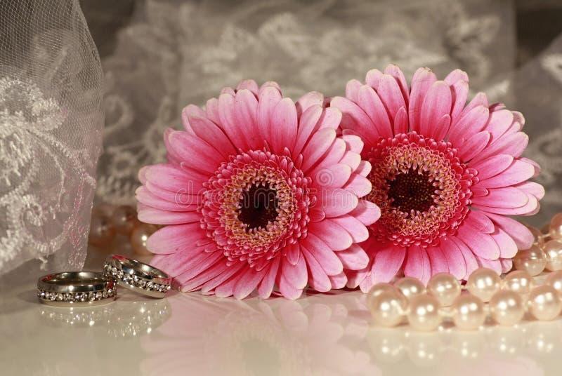 Fundo do casamento com flores e an?is imagem de stock
