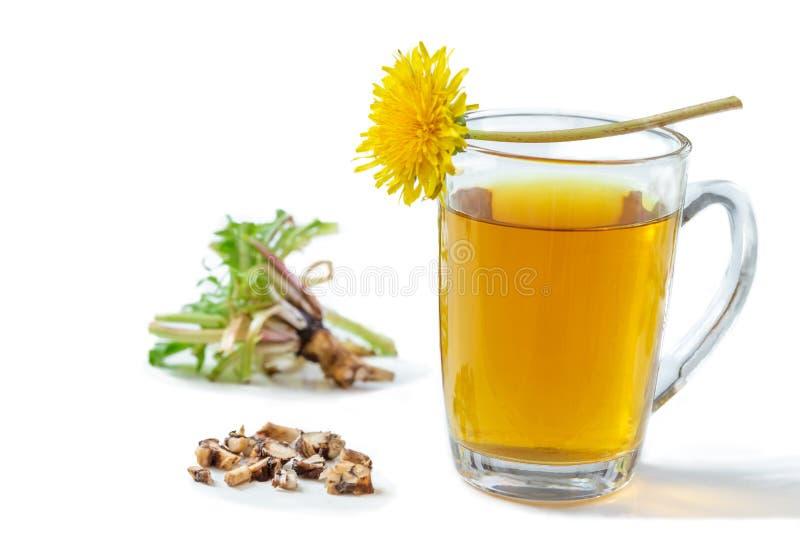Fundo do ch? do dente-de-le?o, rem?dio erval Chá, flor, folhas e raiz do dente-de-leão no fundo de madeira foto de stock