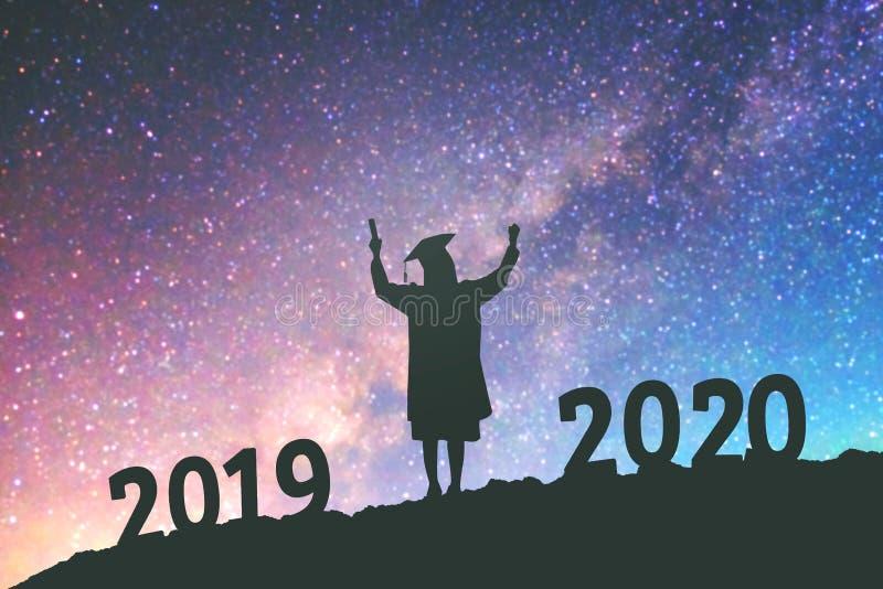 Fundo do conceito das felicitações de uma educação de 2020 anos da graduação dos povos da silhueta do ano novo em 2020 na galáxia imagem de stock