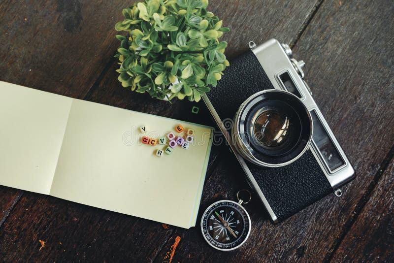 Fundo do conceito do feriado do curso câmera, compasso e g do vintage fotos de stock royalty free