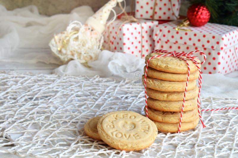 Fundo do conceito do Natal e da celebração do feriado do ano novo Cookie caseiro da porca, biscoito amanteigado, decoração da árv fotografia de stock