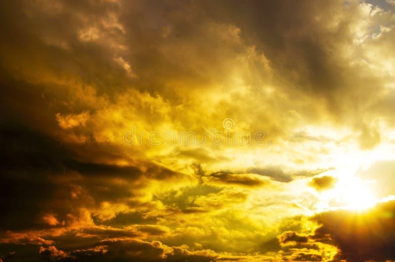 Fundo do conto de fadas de um por do sol bonito do verão fotos de stock royalty free