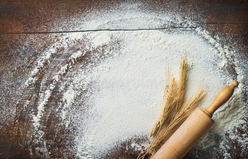 Fundo do cozimento com o pino, o trigo e a farinha do rolo no w foto de stock