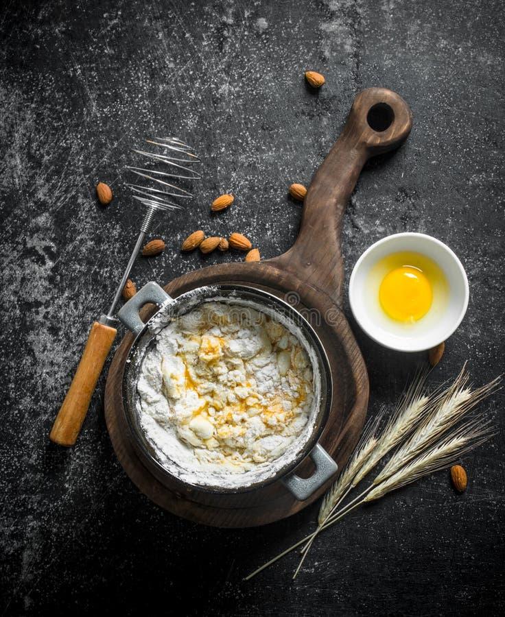 Fundo do cozimento Massa recentemente preparada em uma ca?arola com ovo e spikelets fotografia de stock royalty free