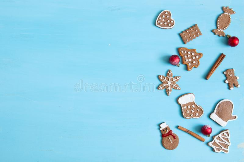 Fundo do cozimento do Natal Cookies e especiarias do pão-de-espécie do Natal na tabela azul Vista superior imagem de stock royalty free