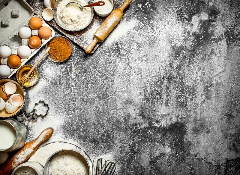 Fundo do cozimento Preparação da massa com os ingredientes tradicionais fotos de stock royalty free